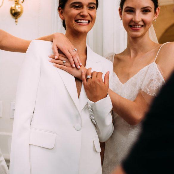Υπέροχα λευκά κοστούμια για την νύφη