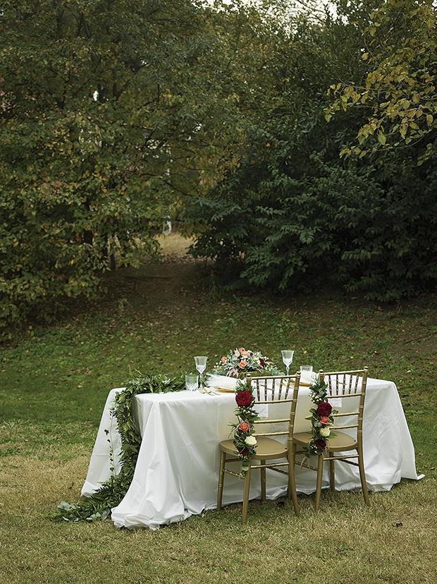τραπέζι γάμου στολισμένο με φυσικά λουλούδια