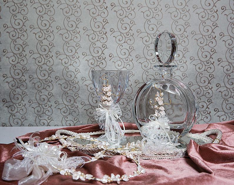 καράφα και ποτήρι και στέφανα πώς συνδυάζονται με την γαμήλια τούρτα