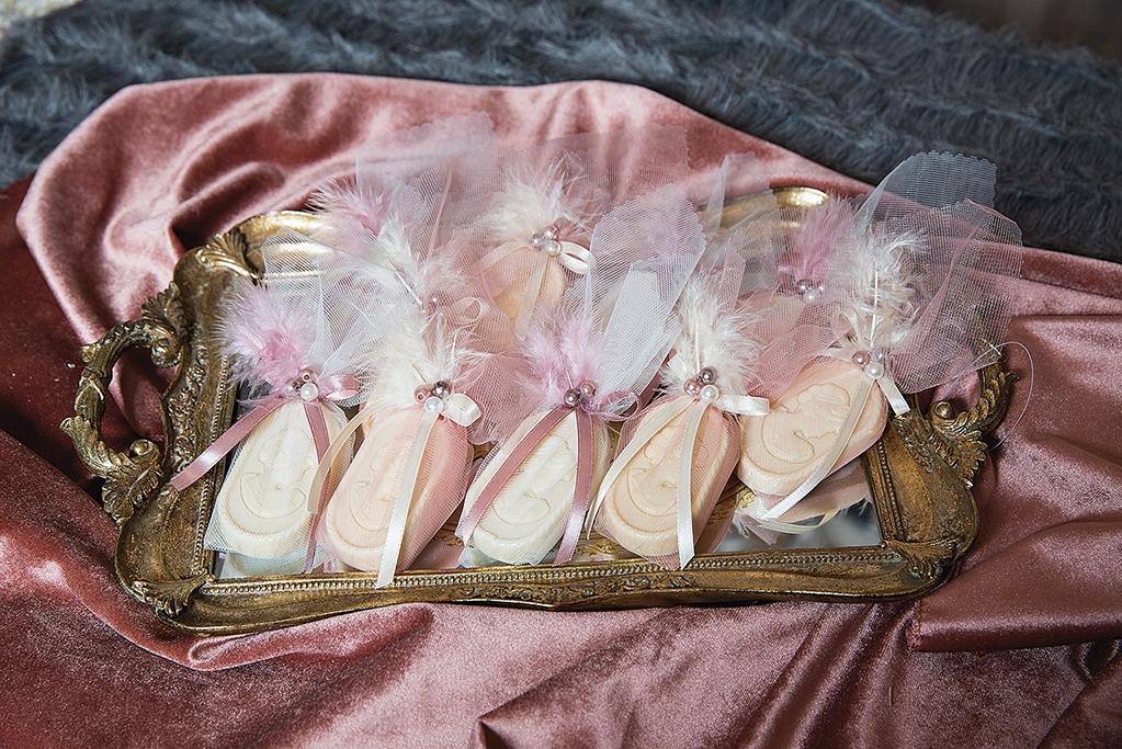 γαμήλια τούρτα μαζί με τα γλυκά του γάμου