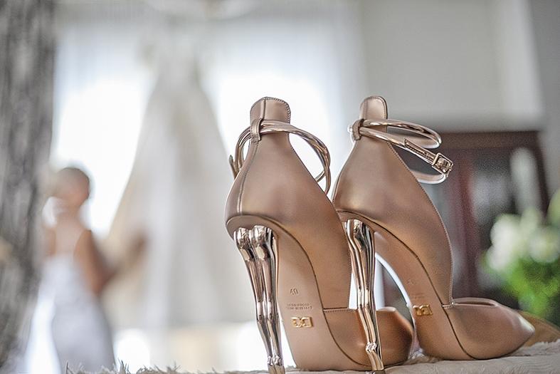 πολύ κομψά τα παπούτσια της νύφης σε ροζ χρυσό