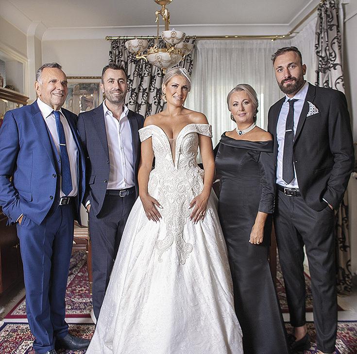 η νύφη μαζί με την οικογένεια της