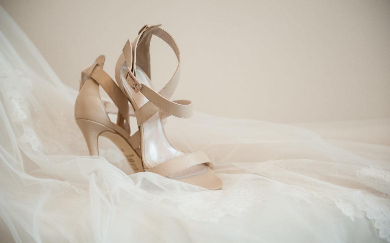 τα παπούτσια της νύφης σε μπεζ απόχρωση