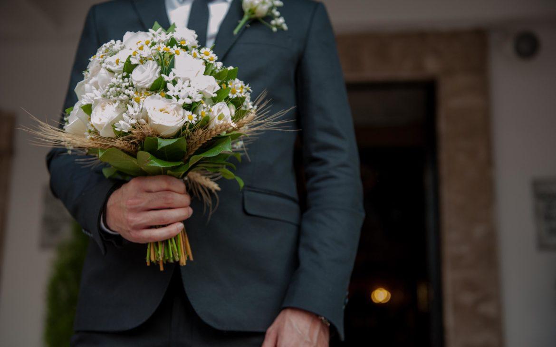 η ανθοδέσμη σε γήινες αποχρώσεις με τριαντάφυλλα ,χαμομήλι και στάχυ