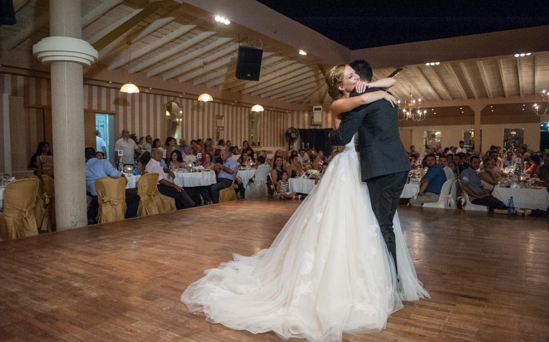 ο πρώτος χορός του ζευγαριού στον χώρο δεξιώσεις
