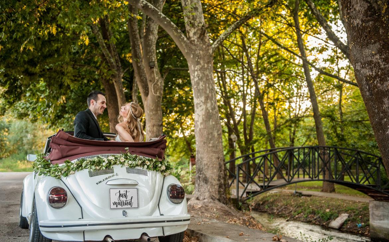 Φιλιώ & Μιχάλης  με το αγαπημένο αυτοκίνητο του γάμου