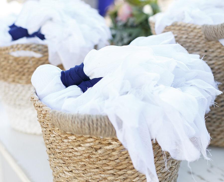 μπομπονιέρες από πλούσιες μαλακές γάζες στα χρώματα του λευκού και του μπλε.