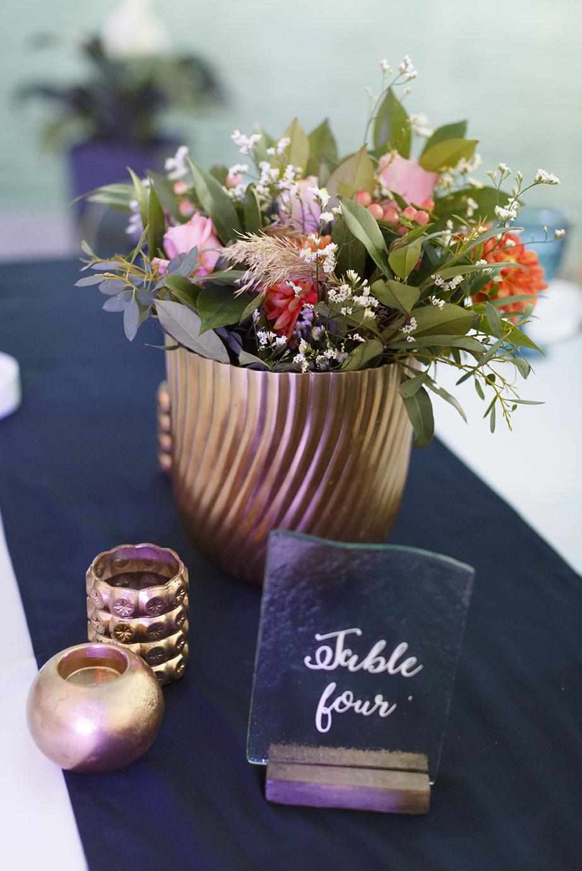 Μεγάλα χρυσά βάζα με πλούσιες συνθέσεις λουλουδιών