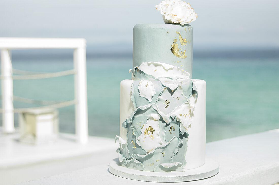 τούρτα γάμου σε παλ χρωμάτα με πινελιές χρυσού