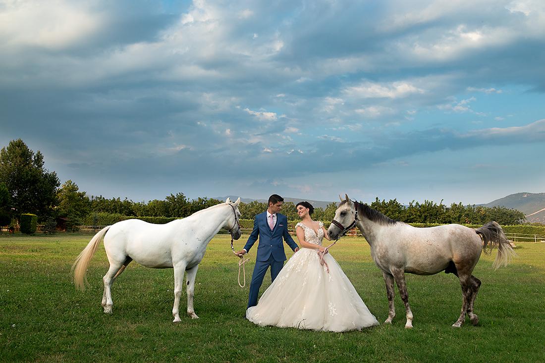 Ένας εξοχικός γάμος  το ζευγάρι μαζί με τα άλογα