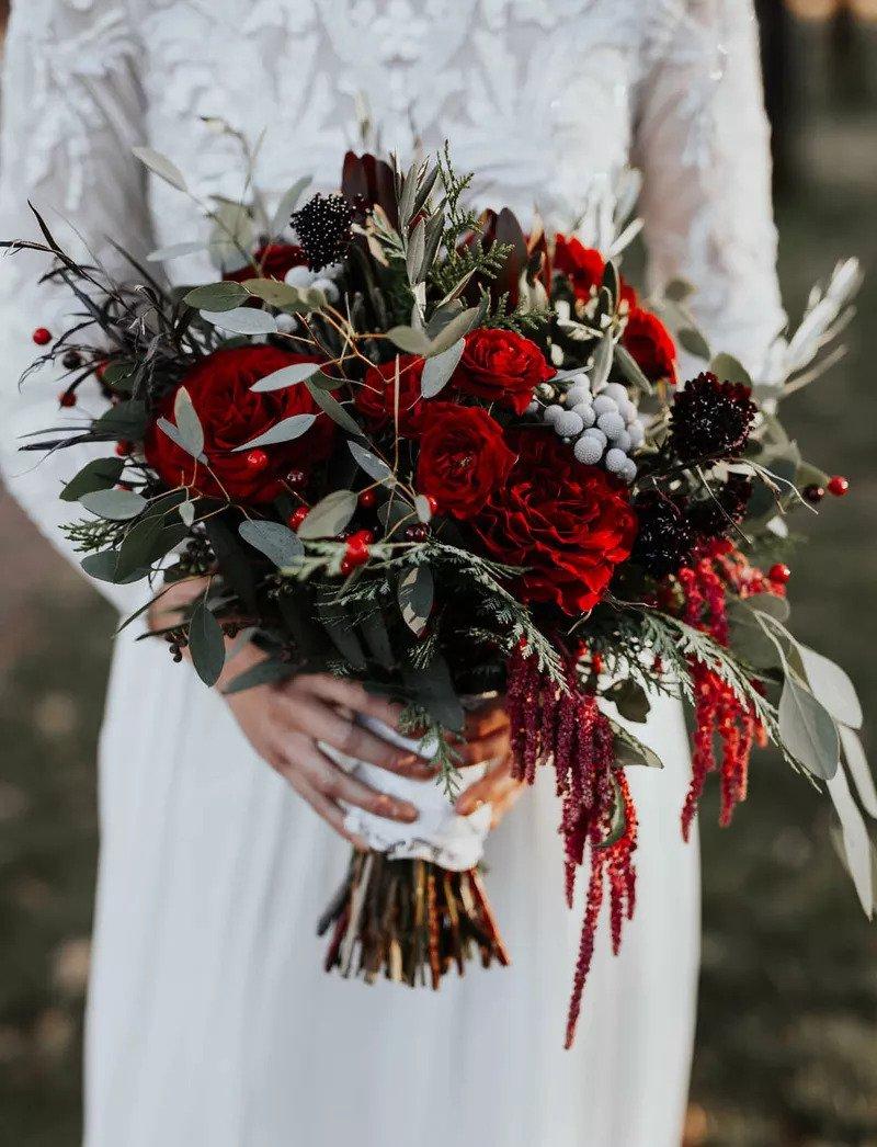ανθοδέσμη με  πλούσια σκούρα κόκκινα λουλούδια