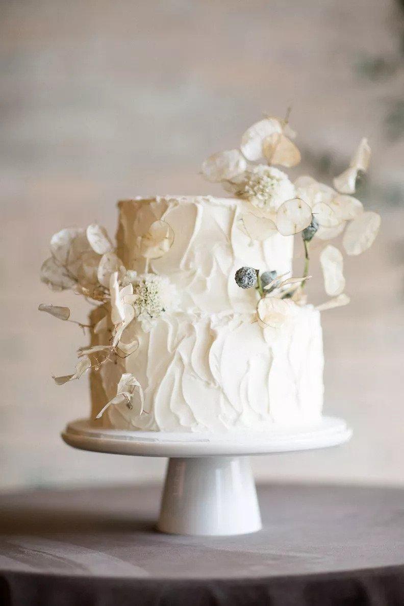 λευκή τούρτα  στον χειμωνιάτικο γάμο