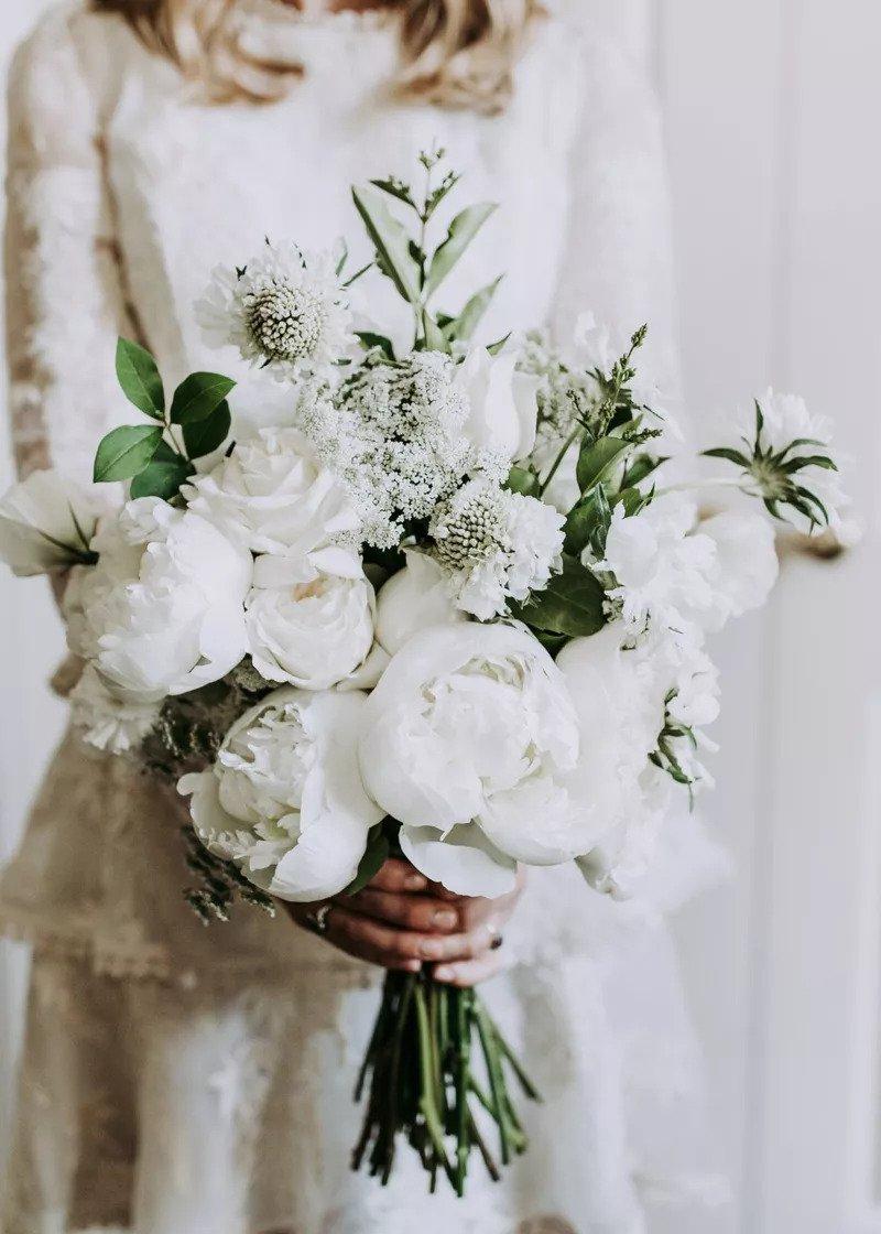 ολόλευκη ανθοδέσμη ,στον χειμωνιάτικο γάμο
