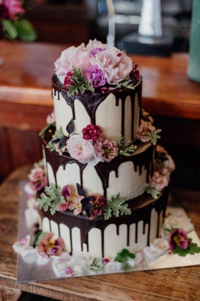 Στείλτε το κομμάτι τους από την γαμήλια τούρτα